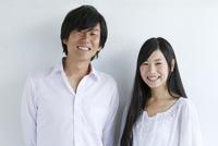 白バックで微笑む若夫婦