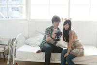 カメラを楽しむ若夫婦