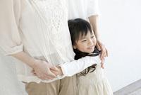 祖母に抱きつく孫