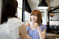 カフェでコーヒーを飲む女性達
