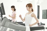 ジムで運動する女性達