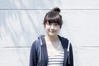 カメラ目線で笑顔の10代女子