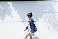 歩く10代女子大生