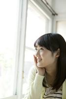 窓の外を見る10代女子大生