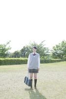カメラ目線で立つ女子高生