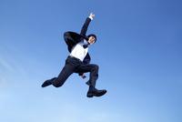 ジャンプする20代ビジネスマン