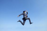 ジャンプする40代ビジネスマン