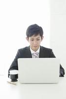 オフィスで仕事をする20代ビジネスマン