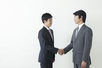 握手を交わす上司と部下