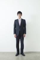 カメラ目線の20代ビジネスマン