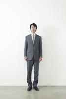 カメラ目線の40代ビジネスマン