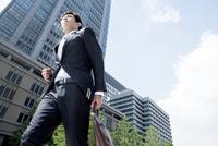 走る20代ビジネスマン
