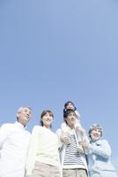 青空の下に立つ三世代家族 10161012680| 写真素材・ストックフォト・画像・イラスト素材|アマナイメージズ