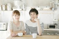 キッチンテーブルにいる夫婦