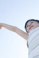 手を上げる笑顔の少女,ローアングル