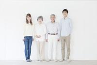 笑顔の二世代家族ポートレート