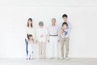 笑顔の三世代家族ポートレート