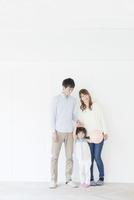 笑顔の夫婦と娘