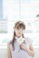 花を持つ女性ポートレート 10161012827| 写真素材・ストックフォト・画像・イラスト素材|アマナイメージズ