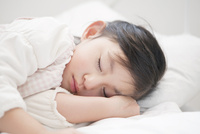 ベットに眠る女の子