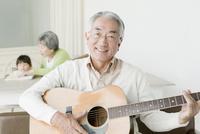 ギターを弾くシニア男性