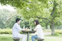 公園のテーブルに座るカップル