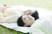 レジャーシートに寝転ぶカップル