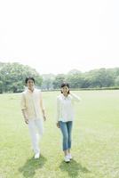 公園を散歩するカップル