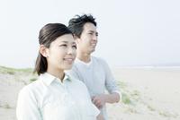 海を見るカップル