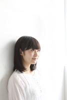 斜め向き女性ポートレート 10161013171  写真素材・ストックフォト・画像・イラスト素材 アマナイメージズ