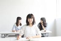 教室の女性生徒ポートレート 10161013225  写真素材・ストックフォト・画像・イラスト素材 アマナイメージズ