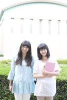 笑顔の女学生2人