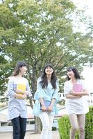 キャンパスを歩く女学生3人