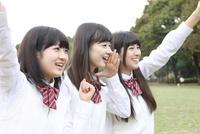 斜め向き応援する女子高校生3人