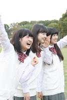 応援する女子高校生3人