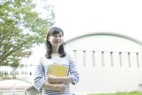 校内の笑顔の女学生
