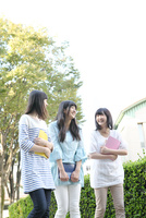 キャンパスにいる女学生3人