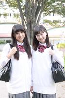 笑顔の2人の高校生ポートレート