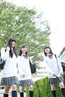 校内を歩く高校生3人