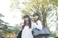 斜め向き女子高校生2人