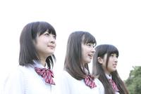 斜め向き女子高校生3人