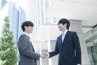 握手を交わすヤングビジネスマン