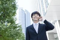 携帯電話で話すヤングビジネスマン