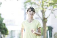 ジョギングをする20代女性
