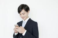携帯電話を使うヤングビジネスマン