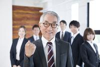 笑顔のビジネスマンと社員達