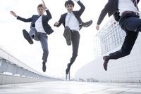 ジャンプするビジネスマン 10161014067| 写真素材・ストックフォト・画像・イラスト素材|アマナイメージズ