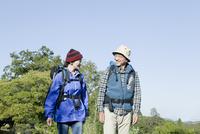 ハイキングを楽しむシニアカップル