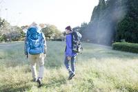 ハイキングをするシニアカップル