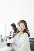 コーヒーカップを持つヤングビジネスウーマン 10161014426| 写真素材・ストックフォト・画像・イラスト素材|アマナイメージズ
